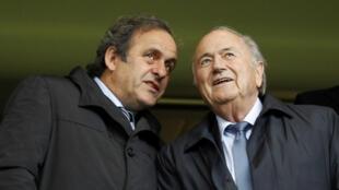 Michel Platini et Sepp Blatter, le 23 mai 2013 dans le stade de Stamford Bridge à Londres.