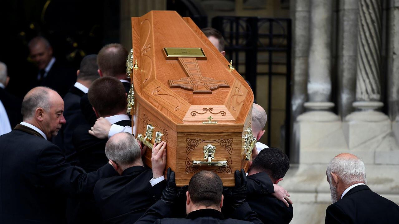 Los portadores del féretro llevan el ataúd de la periodista Lyra McKee en su funeral en la catedral de Santa Ana en Belfast, Irlanda del Norte, el 24 de abril de 2019.