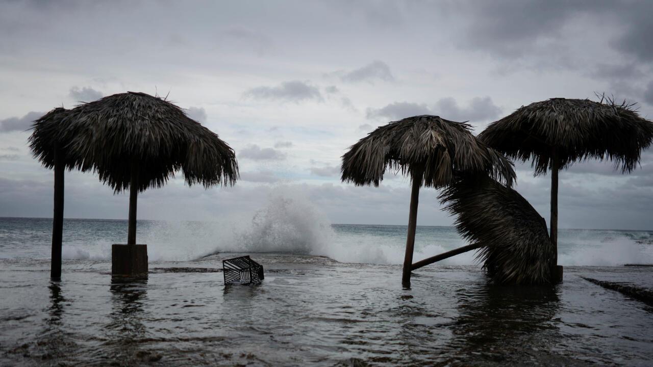 Las olas golpean durante el paso de la tormenta tropical Laura en La Habana, Cuba, 24 de agosto de 2020.