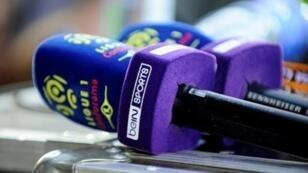 """شعار """"بي إن سبورتس"""" على ميكروفون تابع للشبكة القطرية."""