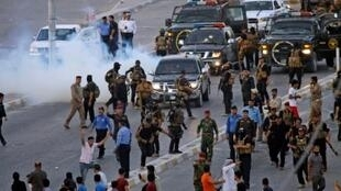 قوات الأمن العراقية تفرق تظاهرة في النجف في 14 تموز/يوليو