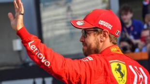El piloto de la escudería Ferrari Sebastian Vettel saluda en el Circuito Yas Marina Circuit de Abu Dabi el 1 de diciembre de 2019