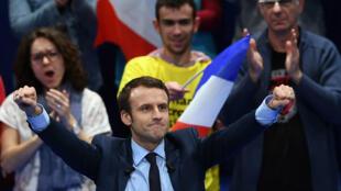 Emmanuel Macron singe De Gaulle dans les paroles et la posture.