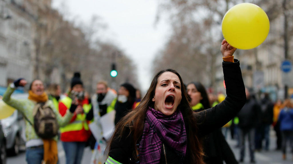 Una de las asistentes a las manifestaciones femeninas de los 'chalecos amarillos' en París, Francia, el 6 de enero de 2019.