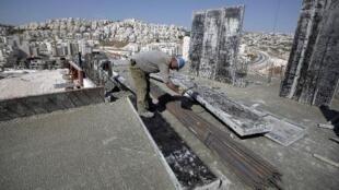 فلسطيني في ورشة عمل داخل مستوطنة هار حوما في القدس الشرقية