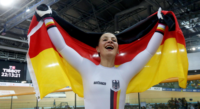 La ciclista alemana Kristina Vogel celebra un oro en los Mundiales de ciclismo en pista en Hong Kong. 14/ 4 /17