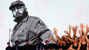 Un grupo de bailarines cubanos durante el acto de conmemoración del aniversario número 57 de la proclamación de la revolución por parte del fallecido Fidel Castro, que se llevó a cabo el 16 de abril de 2018.
