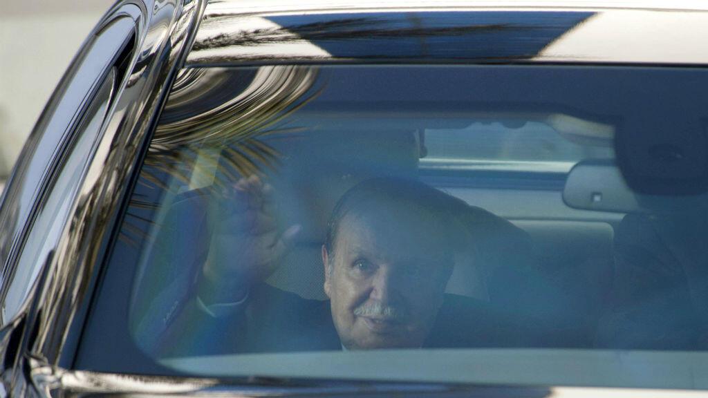 (Imagen de archivo) el presidente argelino Abdelaziz Bouteflika saluda desde el interior de un vehículo en Argelia, el 3 de marzo de 2014, en una rara aparición para dejar los documentos para su tercera reelección.