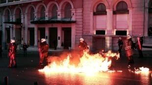 Les policiers grecs ont répondu aux jets de cocktails Molotov des manifestants rassemblés le dimanche 8 mai 2016 devant le Parlement par des tirs de grenades lacrymogènes.