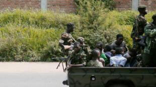 Des forces de l'ordre burundaises embarquant des opposants à Bujumbura, le 11 décembre 2015.