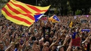 متظاهرون يهتفون لاستقلال كاتالونيا في برشلونة في 2 تشرين الأول/أكتوبر 2017 رافعين علم الإقليم
