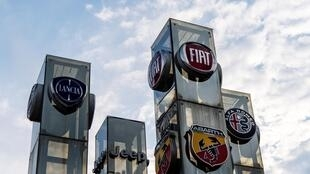 Los logotipos de los fabricantes de automóviles Lancia, Fiat, Abarth Jeep y Alfa Romeo, fotografiados en un concesionario de la ciudad italiana de Turín el 14 de julio de 2020