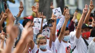 En Asia, levantar tres dedos se ha convertido en un símbolo para reclamar derechos políticos fundamentales.