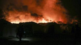 الدخان يتصاعد من الخيم المشتعلة في مخيم موريا في جزيرة ليسبوس اليونانية في 9 أيلول/سبتمبر 2020.