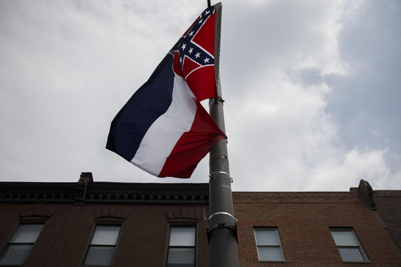علم ولاية ميسيسيبي الأمريكية مرفرفا خلال تظاهرة في فيلادلفيا في 24 تموز/يوليو 2016