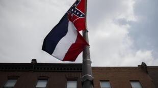 علم ولاية ميسيسيبي الأميركية مرفرفاً خلال تظاهرة في فيلادلفيا في 24 تموز/يوليو 2016