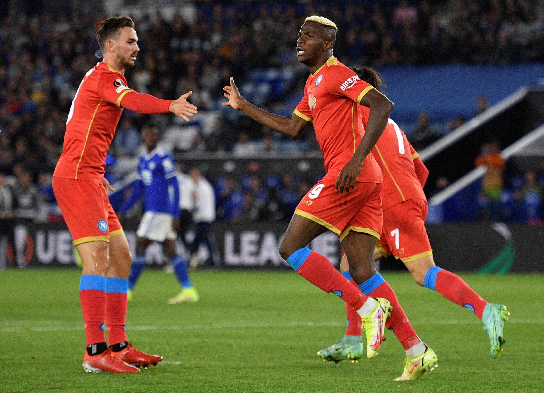 """النيجيري فيكتور أوسيمين (يمين) يحتفل بتسجيله الهدف الأول لنابولي الايطالي في مرمى مضيفه ليستر سيتي الانكليزي في الدوري الاوروبي """"يوروبا ليغ""""، ليستر، وسط انكلترا، في 16 ايلول/سبتمبر 2021"""