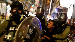"""Un manifestante es detenido por policías durante una marcha anunciada como una """"llamada de emergencia"""" global por la autonomía, en Hong Kong, China, el 2 de noviembre de 2019."""