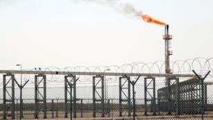 Une photographie prise le 23 octobre 2017 montrant une cheminée brûlant du gaz, au port de Bassorah, en l'Irak.