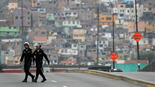 La policía hace guardia a las afueras del Congreso peruano tras la suspensión del presidente Martín Vizcarra. Lima, Perú, el 1 de octubre de 2019.