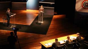 Los candidatos Efraín Alegre, de la opositora alianza Ganar, y Mario Abdo Benítez, del frente oficialista, durante el debate presidencial que se llevó a cabo el 15 de abril de 2018.