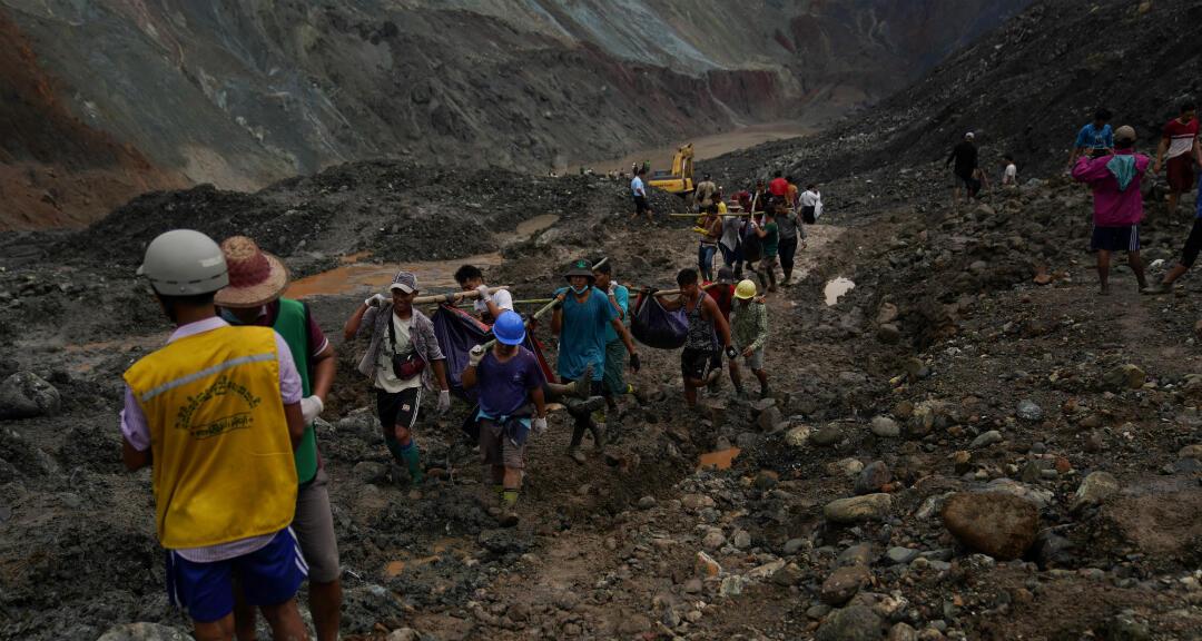 Los rescatistas recuperan cuerpos en un área minera de jade en Hpakhant en el estado de Kachin, Myanmar, el 2 de julio de 2020.