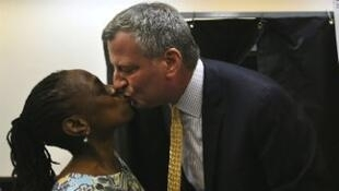 Bill de Blasio embrassant son épouse, Chirlane McCray