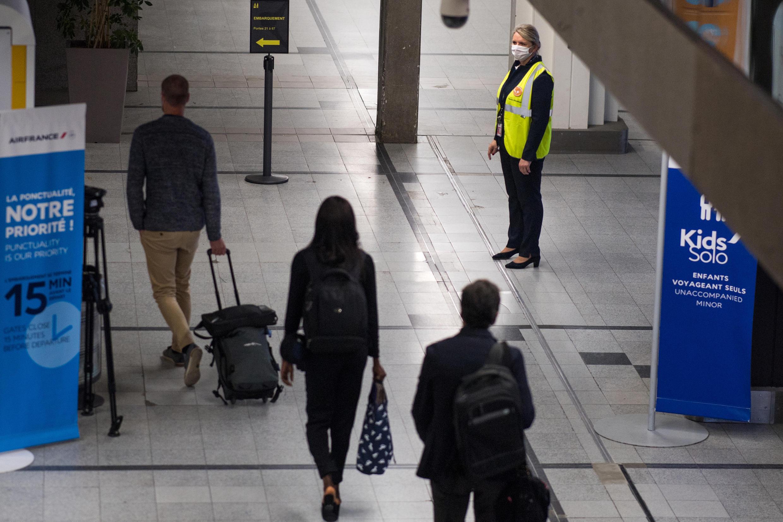 Un grupo de pasajeros llega al reabierto aeropuerto Nantes Atlantique, en Bouguenais, en el oeste de Francia, el 8 de junio de 2020.