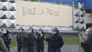 À Aulnay-sous-Bois, la tension entre les forces de l'ordre et les habitants reste forte.