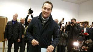Le dirigeant du parti d'extrême droite FPÖ Heinz-Christian Strache, le 11 octobre, dans un bureau de vote de Vienne.