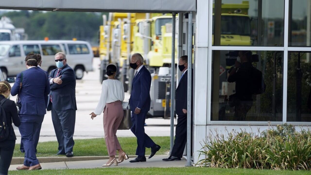El exvicepresidente y candidato a la Presidencia, Joe Biden, a la salida de un edificio tras reunirse con familiares del afroamericano Jacob Blake, en el Aeropuerto Internacional General Mitchell, Milwaukee, Wisconsin, el 3 de septiembre de 2020.