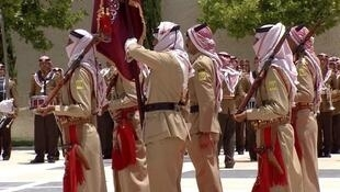 جنود أردنيون يرتدون الكوفية بشكل مقلوب في استعراض عسكري بالعاصمة عمّان في حزيران/يونيو 2015