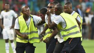 Des supporters envahissent la pelouse du stade de Malabo, le 5 février.