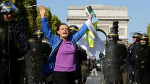 Manifestante protesta cerca del Arco del Triunfo, en París, en la jornada 45 de movilizaciones de los chalecos amarillos. 21 de septiembre de 2019.