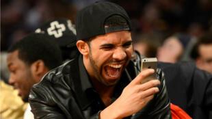 """Drake, encore victime d'un mème avec la pochette de son album """"Views""""."""