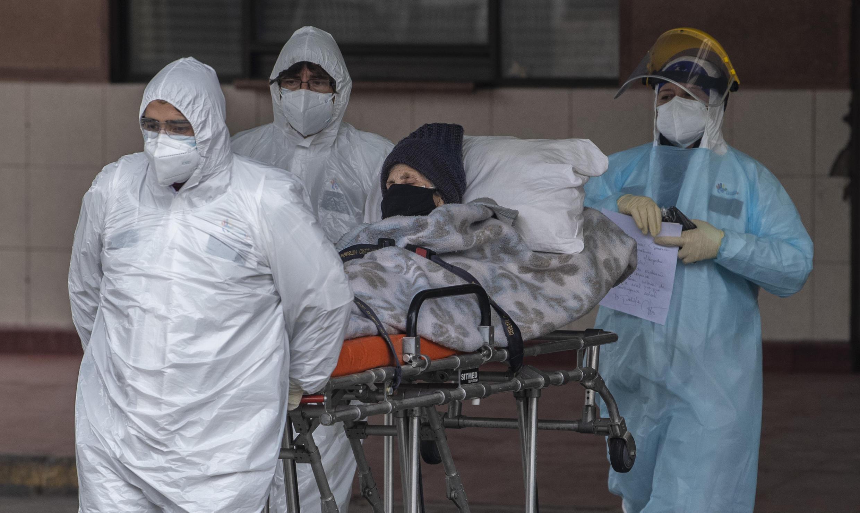 Las infecciones han aumentado de manera constante en Chile, aunque comenzó a tomar medidas de emergencia en febrero. El personal de salud transfiere a un paciente con síntomas de Covid-19 al Hospital San José, en Santiago, el 18 de junio de 2020.