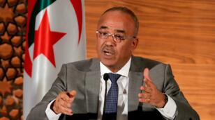 El ratificado primer ministro de Argelia, Noureddine Bedoui, habla durante una conferencia de prensa conjunta con el entonces viceprimer ministro Ramtane Lamamra, en Argel, Argelia, el 14 de marzo de 2019.