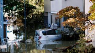 Un automóvil se ve parcialmente sumergido en una zona residencial inundada debido al tifón Hagibis, cerca del río Tama en Kawasaki, Japón, el 13 de octubre de 2019.