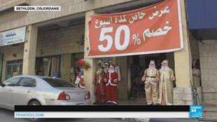 A Bethléem, les boutiques de décorations de Noël bradent leurs articles pour compenser la baisse du nombre de touristes.
