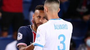 البرازيلي نيمار (يسار) لاعب باريس سان جرمان خلال احتكاك مع الاسباني الفارو غونزاليس مدافع مرسيليا في الدوري الفرنسي لكرة القدم في 13 ايلول/سبتمبر 2020