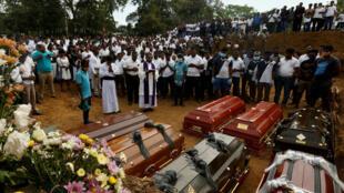 Personas asisten un funeral masivo en Negombo, por siete víctimas pertenecientes a una familia, tres días después de los atentados suicidas que golpearon al país.