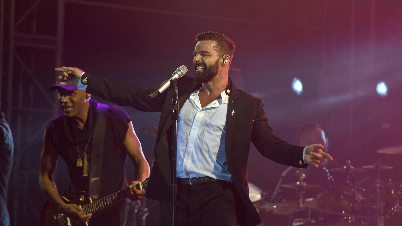 El cantante puertorriqueño Ricky Martin se presenta este sábado durante la clausura de la XVII Cumbre Mundial de los Premios Nobel de la Paz en Mérida, estado de Yucatán (México).