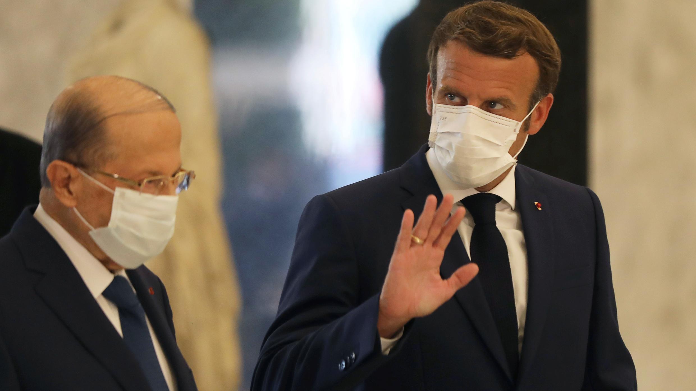 El presidente francés Emmanuel Macron y el presidente del Líbano, Michel Aoun, usan máscaras protectoras en el palacio presidencial en Baabda, Líbano, el 6 de agosto de 2020.