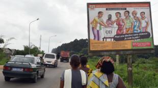 Panneau de la Commission électorale indépendante à Abidjan.