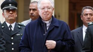 El expárroco chileno Fernando Karadima, acusado de abusos sexuales contra menores, al salir de una audiencia judicial en Santiago, Chile, el 11 de noviembre de 2015.