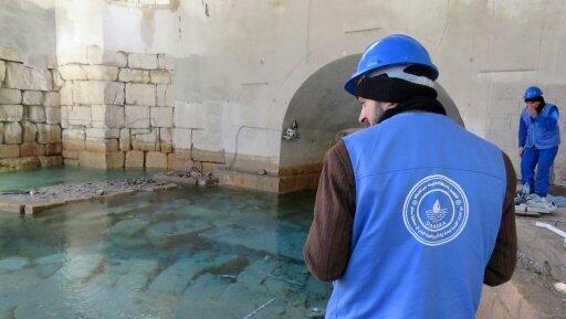 عاملا صيانة في منشأة عين الفيجة في ريف دمشق في 29 كانون الثاني/يناير 2017