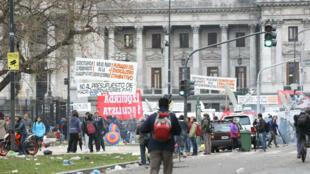 Decenas de manifestantes protestaron en rechazo a la aprobación de la Ley de Presupuesto 2019 el 24 de octubre de 2018 ante el Congreso de Buenos Aires, Argentina.