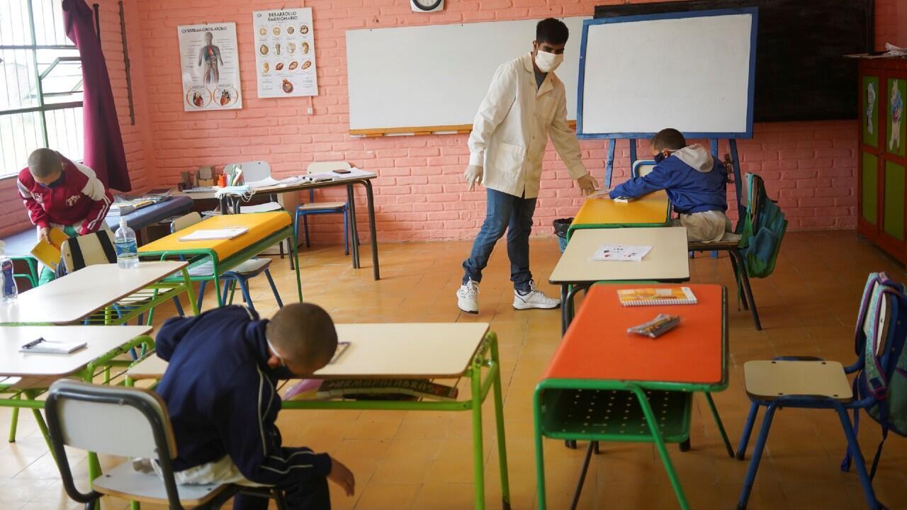 Imagen tomada en la escuela rural 30 el día de su reapertura a las clases. En la ciudad de San José, Uruguay, 22 de abril de 2020.