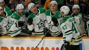 Les Dallas Stars se congratulent après un but contre les Nashville Predators en match 5 des plays-offs NHL, le 20 avril 2019 à Nashville