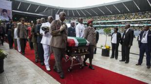 جنازة وطنية لويني ماديكيزيلا الزوجة السابقة لنيلسون مانديلا، إستاد أورلاندو في 14 نيسان/أبريل 2018.